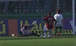 Weverton garantiu o empate ao fazer uma defesa milagrosa no fim do jogo [foto: reprodu��o]