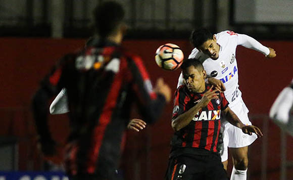 Atlético enfrenta o Santos, algoz da temporada, em busca do G6